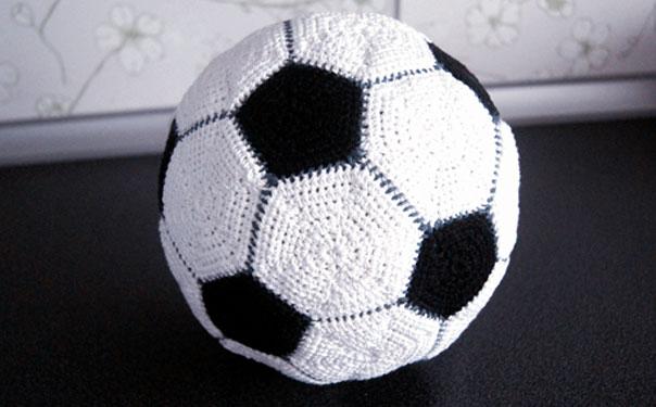Футбольный мяч крючком из мотивов