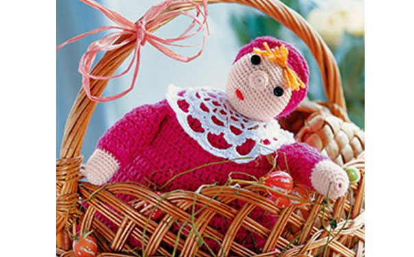 Вязаная кукла в малиновом платье. Описание