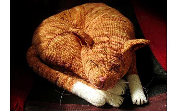 Вязаный спицами рыжий кот. Описание