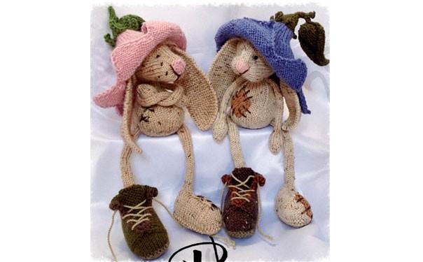 Кролики в цветочных шапках.Спицами