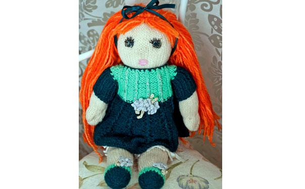 Вязаная рыжеволосая кукла. Описание