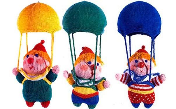 Вязаный мобиль «Клоуны с парашютами». Описание