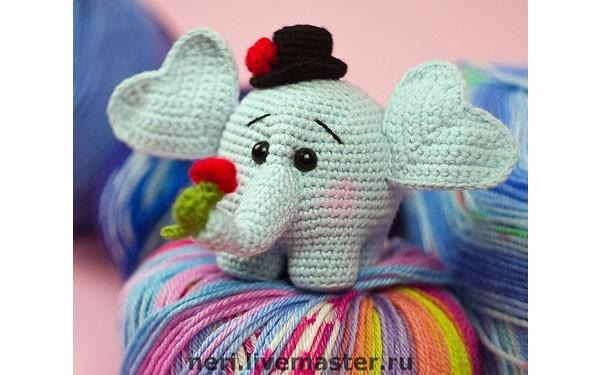 Вязаный влюбленный слоненок. Описание