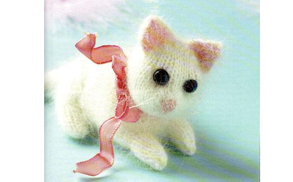 Вязаный котенок Снежинка. Описание