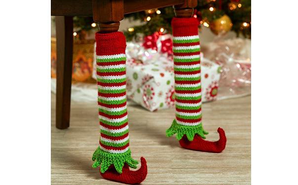 Вязаные спицами новогодние чехлы на ножки стола