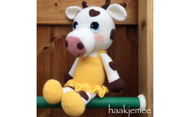 Вязаная крючком корова с сердечками