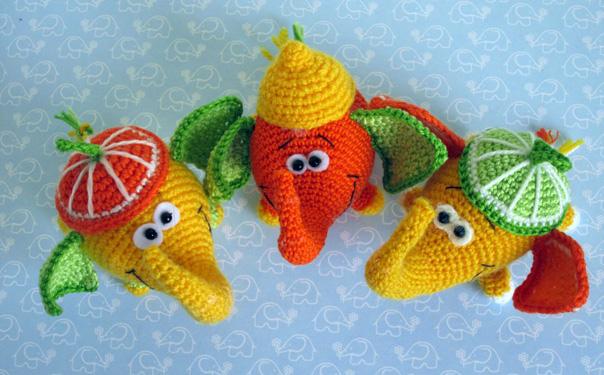 Вязаные слоны в фруктовых шапках