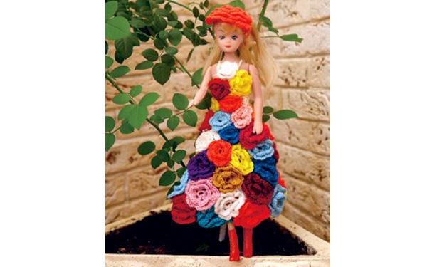 Вязаное платье из роз