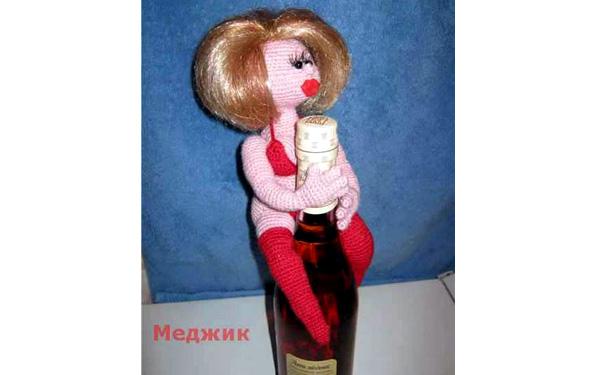 Вязаная кукла. Украшение на бутылку