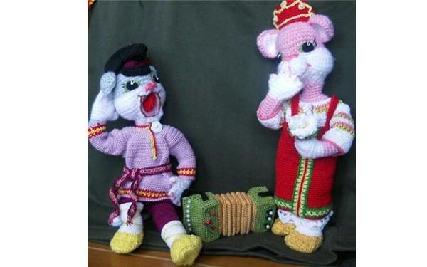 """Вязаные игрушки """"Парочка"""": кот с гармошкой и кошка певица"""