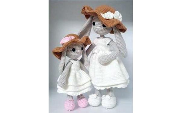 Вязаные зайцы: мама с дочкой в шляпках. Схема