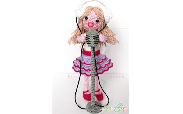 Вязаная кукла Виолетта с микрофоном
